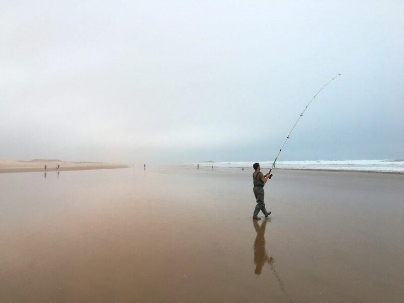 サーフのシーバスポイントの釣り人画像