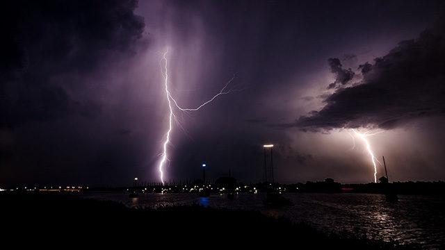 雨天の釣りは雷に注意を促す画像