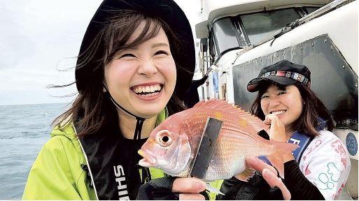 真鯛を釣った笑顔の女性