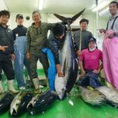 80kgのキハダマグロ、島で20年ぶりに釣りあげられる!沖縄県北大東村