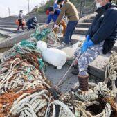 県外の釣り愛好家たちが善意で海の清掃活動福井県鮎川海水浴場